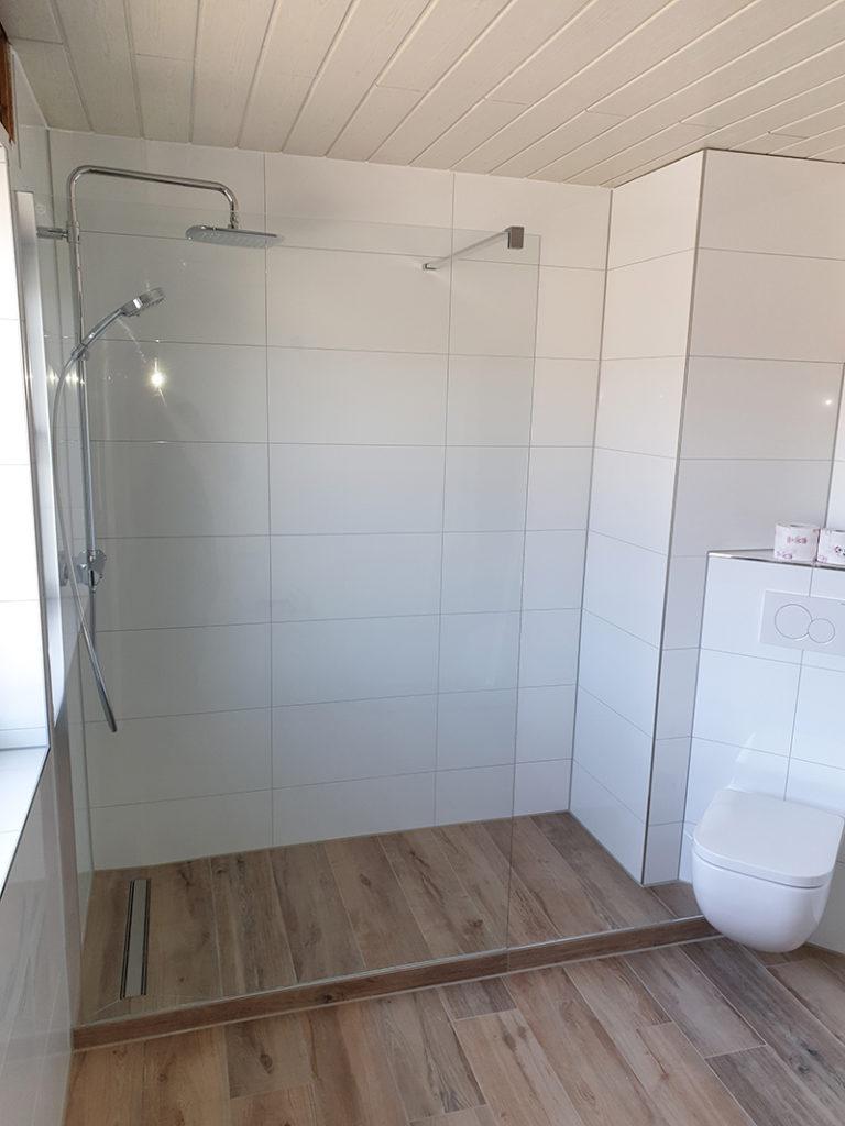 Badezimmer mit Holzoptik Fliesen